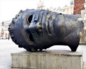 Rzeźba Erosa na Rynku Głównym w Krakowie