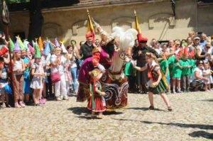 taniec Lajkonika podczas pochodu w Krakowie